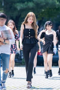 Discover recipes, home ideas, style inspiration and other ideas to try. Korean Fashion Casual, Korean Outfits, Blackpink Fashion, Daily Fashion, Stage Outfits, Girl Outfits, Airport Style, Airport Fashion, Gfriend Sowon