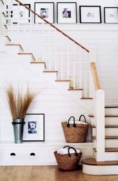 Are you looking for inspiration for farmhouse interior? Check this out for very best farmhouse interior images. This cool farmhouse interior ideas seems absolutely terrific. Staircase Decor, Staircase Design, Modern House, Foyer Decorating, Farmhouse Interior, House Interior, Diy Staircase, Farmhouse Interior Design, Rustic House