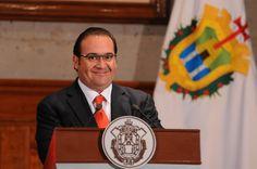 El gobernador Javier Duarte de Ochoa anunció la nueva Ley General de Educación del Estado de Veracruz, con la cual se garantizará la certidumbre laboral y el respeto irrestricto a los derechos de los maestros y reiteró a los padres de familia que la educación es y seguirá siendo gratuita.