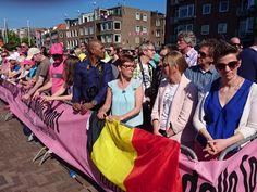 ARNHEM - De renners zijn los. Om 12.30 uur werd het startsein gegeven en begon de tweede etappe van de Giro d'Italia van Arnhem naar Nijmegen. Onder luid applaus van de duizenden bezoekers mocht Tom Dumoulin zaterdag in de roze leiderstrui van start gaan.