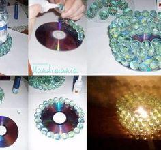 CD und Murmeln als Teelichthalter, wer mal nicht zu Ikea will. Am besten mit Plastikkleber...