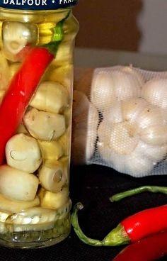 V olivovém oleji naložené stroužky česneku spolu s chilli papričkou. Marmalade, Preserves, Pickles, Cucumber, Garlic, Frozen, Food And Drink, Yummy Food, Pesto