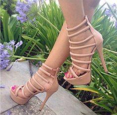 Zapatos nude con correas.