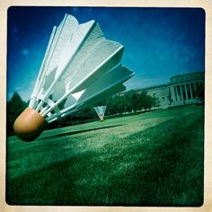 Shuttlecock by Claes Oldenburg & Coosje van Bruggen: The enormous lawn of the Nelson Atkins Museum of Art in Kansas City is decorated with these giant shuttlecocks.