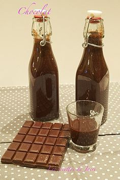 chocolate liqueur - Jacre& recipes / In all simplicity - - Wine Drinks, Cocktail Drinks, Cocktail Recipes, Cocktails, Alcoholic Drinks, Diy Food Gifts, Gourmet Gifts, Edible Gifts, Homemade Liquor