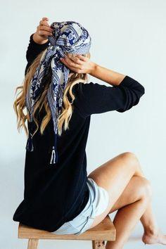 Conseils de mode,comment porter, nouer le foulard rectangulaire dans les cheveux ou autour du cou. Astuces pour mettre un foulard rectangle en coiffure.