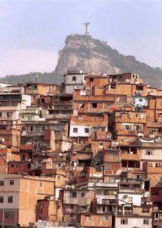 De sloppenwijken van Rio de Janeiro liggen tegen de heuvels van de stad gebouwd. (1992)