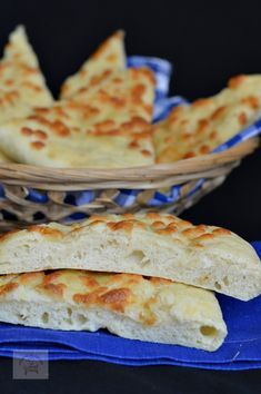 Focaccia, un preparat italian asemanator cu pizza Bread Recipes, Cooking Recipes, Healthy Recipes, Mozzarella, Cooking Bread, Romanian Food, Party Platters, Just Bake, Party Cakes