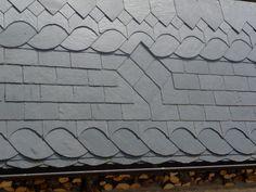 Motif sur couverture ardoise Cedar Shingle Siding, Cedar Shingles, House Siding, House Paint Exterior, House Roof, Solar Tiles, Roof Decoration, Slate Art, Roof Cap