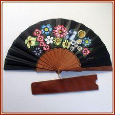 Abanico artesanal español, de madera de sipo, madera de gran calidad, pintado totalmente a mano. Es un modelo único y exclusivo. Abanico de color negro, con motivo de flores. Excelente y original abanico para regalarte o regalar. Medidas: (ancho x alto) Abierto:48,5cm x 24,00cm Hand Fans, Hands, Etsy, Paper, Painted Fan, Flower Designs, Kimonos, Handmade Gifts, Accessories