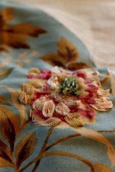 Broderie au ruban sur tissu imprimé.