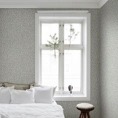 A detailed wallpaper pattern of bay leaves creates an elegant organic setting, turning a room into a palace garden with luscious treillage. During the Gustavian era, bay leaves were often used in carved decorations on mirrors and furniture. Blue Grey Wallpaper, Blue Wallpapers, Kitchen Wallpaper, Wall Wallpaper, Beddinge, Bungalow Bedroom, Home Interior, Interior Design, Wall Colors