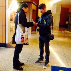 Jarrod signs autograph in Osaka