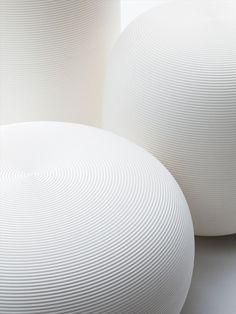 PANDORA es Ideal para hoteles, oficina, hogar, restaurantes y auditorios. UPPER PANAMA  El proyecto hace de la versatilidad su característica primordial: Pandora puede ser utilizado como lámparas de pie tanto en espacios externos e internos, como lámparas colgantes o lámparas de pie. Cientos de combinaciones cromaticas componiendo también un conjunto de sillas y mesas informales.