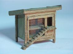 Ein detailreicher Hühnerstall mit einer Tür aus Gitterdraht zur Verschönerung Ihrer Krippenlandschaft    aus dunkel gebeiztem Fichtenholz