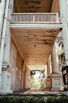 A porch AND a balcony. And abandoned? I would love to photograph and tour an old abandoned house like this. Old Buildings, Abandoned Buildings, Abandoned Places, Haunted Places, Mansion Homes, Beautiful Homes, Beautiful Places, Beautiful Ruins, Southern Plantations