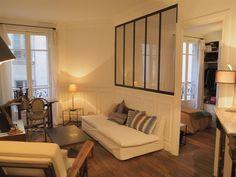 Paris 18ème – Métro Porte de Clignancourt – dans un bel immeuble en briques de la rue Belliard (rue du Poteau/ rue du Ruisseau), au 2ème étage sur cour, Léonard Vercken vous propose un appartement de 2 pièces de 37 m². Composé d'une petite entrée, un salon, une chambre avec des rangements intégrés, une salle de bains, grande cuisine entièrement aménagée et équipée et WC séparés. Une cave en sous-sol complète ce bien. L'appartement est en parfait état, il a été rénové en 2011, le charme de…