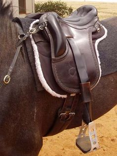 orthoflex endurance cutback. aluminum oxbows. removable synthetic fleece washable panels. flexible panels. free shoulder cutback pommel. nice knee rolls.