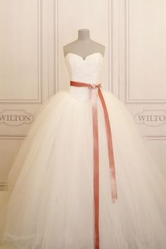 Vera Wang | Createur Robe De Mariee | Wilton.ch Please excuse me while my mouth waters.
