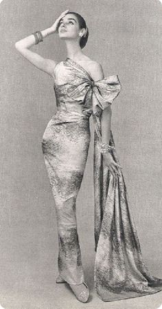 Vintage Gown by Jacques Griffe * Photo by Philippe Pottier 1956 Vintage Fashion 1950s, Fifties Fashion, Vintage Gowns, Vintage Couture, Retro Fashion, Vintage Vogue, Vintage Style, Vintage Hats, Victorian Fashion