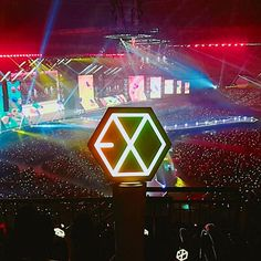 Logo: The mostly white logo contrasted with the dark concert background. The size of the logo also make it standout against the hazy background. Lightstick Exo, Chanyeol Baekhyun, Kpop Exo, Ocean Wallpaper, Photo Wallpaper, Exo Album, Exo Lockscreen, Exo Concert, Fandom