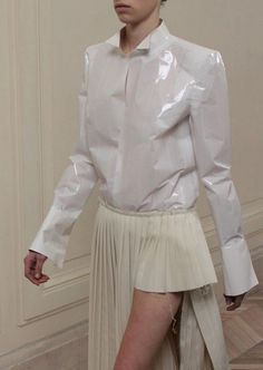 Maison Martin Margiela Fall 2012 - falda super mini un lado solo- Fashion Details, Look Fashion, Runway Fashion, Fashion Art, Womens Fashion, Fashion Design, Satin Bluse, Look Boho, Estilo Fashion