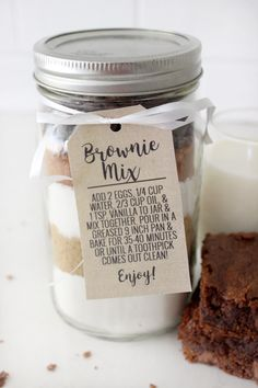 Brownie Mix Gift Idea with Free Printable Tag - Pretty Providence Pre-made brownie mix gift idea with free printable tag! Perfect easy gift for neighbors or friends! Best Brownie Mix, Homemade Brownie Mix, Homemade Brownies, Brownie Jar, Homemade Food, Mason Jar Cookie Recipes, Mason Jar Cookies, Jar Recipes, Pint Jar Cookie Mix Recipe