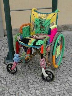 O crochet sai à rua Vilanova de Cerveira 2014 Yarn Bomb of Wheelchair. Yarn Bombing, Crochet Cross, Crochet Art, Guerilla Knitting, Extreme Knitting, Deco Table Noel, Urbane Kunst, Knitting Humor, Knit Art