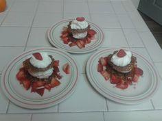 Zelfgemaakte kletskoppen met ijs, aardbeien en slagroom!