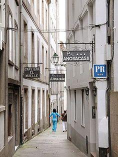 """Los nombres de las rúas, nos hablan de su pasado. En este caso,""""Entremurallas"""", hace referencia a una de las tres murallas con las que contó la ciudad a lo largo de su historia. Santiago de Compostela"""