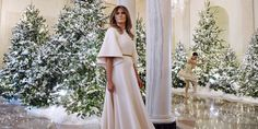 Let it shine, moet Melania Trump hebben gedacht. De vrouw van de Amerikaanse president heeft de kerstversiering voor het Witte Huis besteld en zich daarbij niet ingehouden. Het resultaat: maar liefst 53 kerstbomen, 71 kerstkransen, 12.000 decoraties, bijna 2.750 meter aan lint, 5.500 meter aan lampjes en 304 meter aan bloemenkransen. 150 vrijwilligers zijn 1.600…