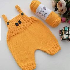 Most Fashionable Baby Overalls – Knitting And We Baby Hats Knitting, Baby Knitting Patterns, Baby Patterns, Knitted Baby, Baby Overalls, Baby Pants, Toddler Boy Outfits, Kids Outfits, Diy Crafts Knitting