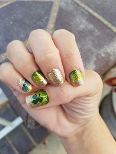 Shenanigans ready! ☘🌈🍻💰 #brittanysperfectpolish #nailstrips #nailsonfleek #nailsoftheweek #colorstreetnails #perfectpolish #easyas123 #stpatricksday #glitter #green #potofgold