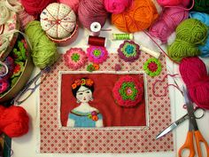 Costurero y monederos de ganchillo by fperezajates, via Flickr  Beautiful felt and crochet cover for sewing box