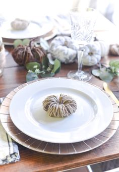 No carve pumpkins ideas. Fall crafts using twine. Fall crafts using jute. How to make twine pumpkins. Easy fall craft ideas using twine Craft Projects For Kids, Easter Crafts For Kids, Craft Ideas, Diy Ideas, Diy Projects, Fall Table Settings, Thanksgiving Table Settings, Easy Fall Crafts, Fall Diy