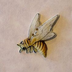 dxb92 - Sharp Bee at                  Gold Seal Products Realistic Bee porcelain button