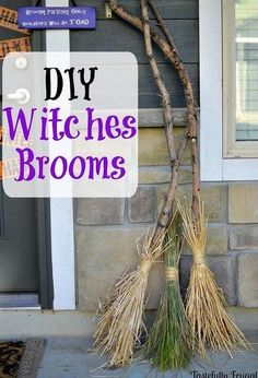 diy witches brooms, halloween decorations, home decor, seasonal holiday decor DIY Hexen Besen. Theme Halloween, Halloween 2017, Holidays Halloween, Halloween Treats, Halloween Diy, Halloween Decorations Diy Easy, Samhain Decorations, Vintage Halloween, Halloween Designs
