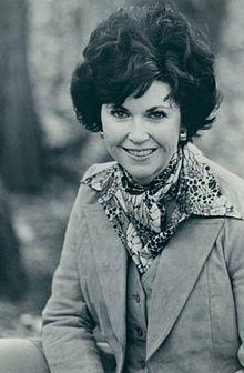 (1939-2007) Foi uma consagrada escritora norte-americana. Autora dos bestsellers, 'Uma Rosa do Inverno', 'Ame um Estranho' e 'Um Amor Tão Raro', entre outras obras.  Revolucionou o romance histórico moderno ao criar personagens inesquecíveis e tramas repletas de paixão. Autora de mais de 13 romances ao longo de 35 anos, todos best-sellers do New York Times. A obra literária definitiva de Kathleen, 'Everlasting', foi o último presente de Kathleen para seus fãs. —Kathleen E. Woodiwiss