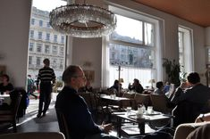 Le café Prückel offre une belle halte à Vienne ©JoliVoyage / #Vienne #Wien #Vienna #tourisme #voyage @_Autriche_ @ViennaInfoB2B Table Settings, Vienna, Pretty, Tourism, Place Settings, Tablescapes