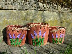Tři květináče- AKCE- Květináče slouží jako obaly na plastové květináče, čili nemají dírku, jsou ve vnitř vyglazované, udrží vodu. Rozměry :výška=11cm, vnější průměr=13,5cm, v=10,5cm, vnější průměr=13cm, výška=9,5cm, průměr=12cm. Cena jeza sadu tří kusů. Jedná se o výprodej posledních kusů.