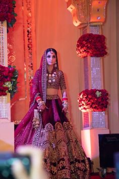 dress Indian jewels - Elegant Delhi Wedding With Bride In Some Stunning Outfits wedding aesthetic Indian Wedding Gowns, Wedding Lehnga, Indian Bridal Outfits, Indian Bridal Fashion, Indian Bridal Wear, Indian Designer Outfits, Wedding Mandap, Wedding Stage, Pakistani Bridal