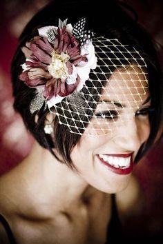 Peinados cortos estilo bob para novias con velo francés y una flor gigante. Vintage y super divertido.