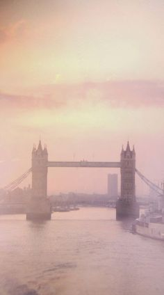 Hazy light over Tower Bridge in London, England | Countries Spot