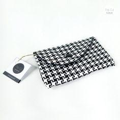 Handyhülle aus Baumwollstoff, Druckknopf, schwarz/weiß Abmessungen: 9 cm x 14 cm Preis: € 15,- Jetzt bestellen: http://www.popcut.at/diy/webshop/