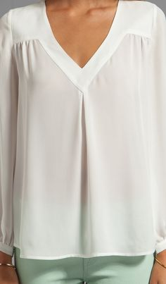 Joie Matte Silk Frenchie B Blouse em Porcelana - Blusas Kurta Designs, Blouse Designs, Hijab Fashion, Fashion Dresses, Blouse Outfit, Blouse Patterns, Blouse Styles, Revolve Clothing, Shirt Blouses