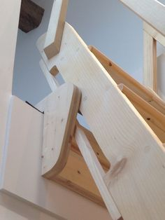 Réalisation d'une échelle meunière escamotable en sapin Garage Stairs, Garage Loft, Loft Stairs, House Stairs, Ship Ladder, Flooring For Stairs, Loft Room, Pole Barn Homes, Attic Spaces
