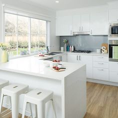 Simple kitchen designs modern colors a simple yet modern kitchen design with gloss white doors and Gloss Kitchen Cabinets, White Gloss Kitchen, White Cabinets, Kitchen Benchtops, Home Decor Kitchen, Rustic Kitchen, New Kitchen, Kitchen Modern, Kitchen Ideas