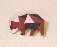 Broche cuir ours origami graphique marron gris et rose Hair Jewels, Bijoux Diy, Leather Accessories, Origami, Creations, Dressing, Couture, Etsy, Deco