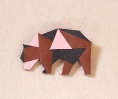 Broche cuir ours origami graphique marron gris et rose