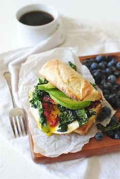 most ridiculous breakfast sandwich ever: kale, sun-dried tomato, sharp white cheddar, avocado, egg Super Healthy Recipes, Healthy Foods To Eat, Healthy Eating, Eat Breakfast, Avocado Breakfast, Breakfast Sandwiches, Breakfast Quesadilla, Breakfast Healthy, Healthy Life